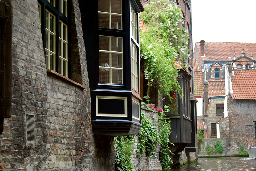 Canal-side windows, Brugge