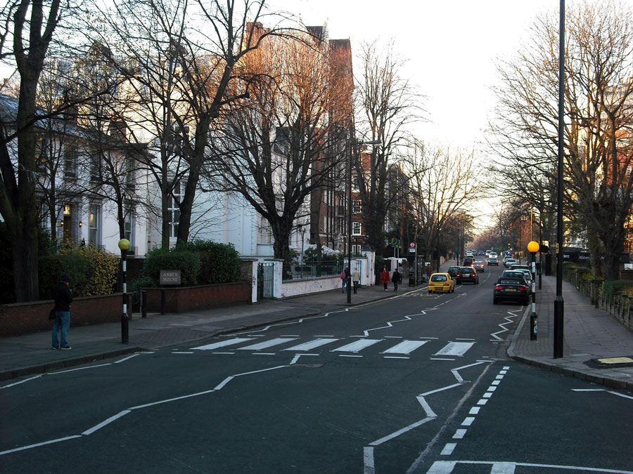 The famous Beatles Abbey Road crossing, 40 years later