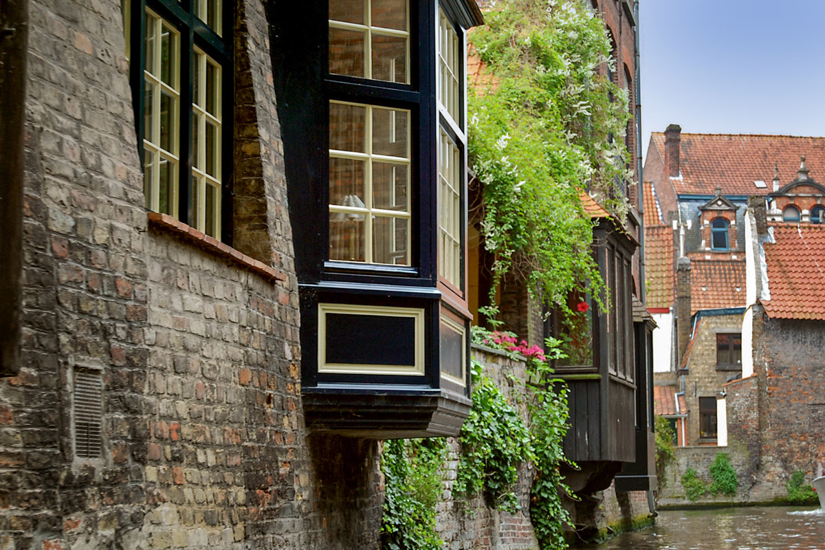 Bay windows on Brugge canals